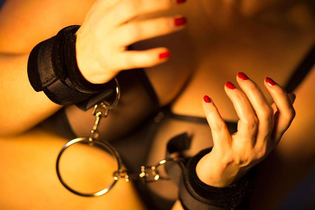 Handfesseln gehören zur Grundausstattung - auch für BDSM-Neulinge