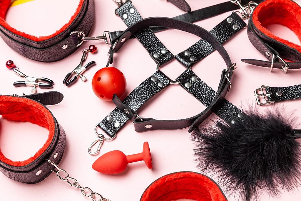 Wer das Sexspielzeug bei seiner BDSM Session bereitlegt, muss nicht lange danach suchen