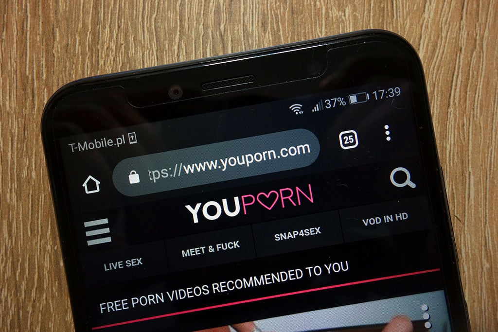 YouPorn hat eine eigene App und bietet auch auf der mobilen Webseite gratis Handy Pornos an